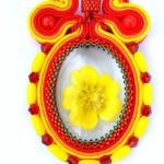 Kaboszon z suszonym kwiatem