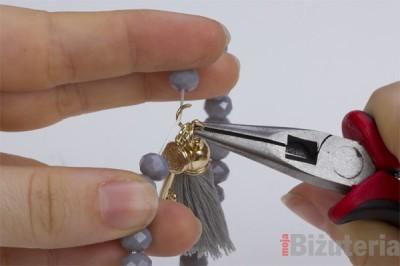 Jak umiescic zawieszke na bransoletce z gumka